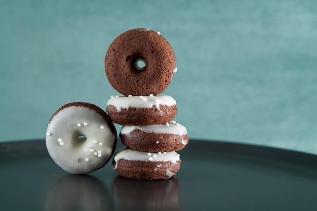 Beignets au chocolat sans gluten. fermer. orientation horizontale. copiez l'espace.