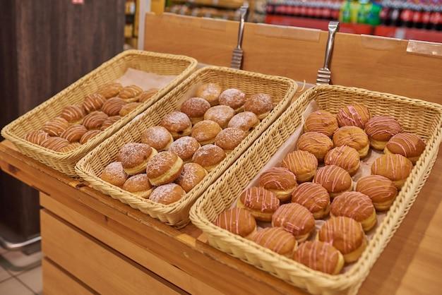 Beignets de berlin de différents types dans le supermarché
