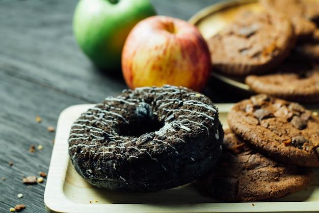 Beignets avec des biscuits et des pommes