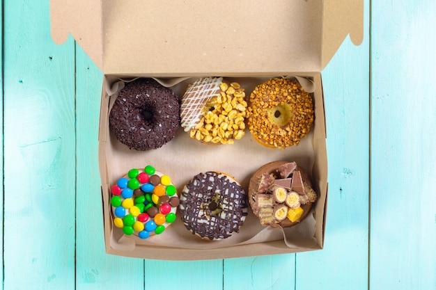 Beignets colorés dans une boîte