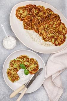 Beignets de courgettes au persil frais et au basilic, galettes de légumes de charcuterie
