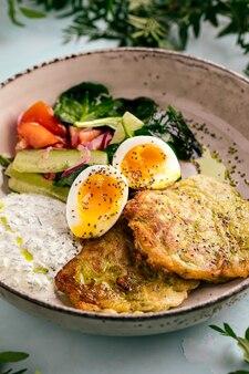 Beignets de courgettes, sauces aux œufs et légumes
