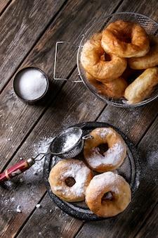 Beignets faits maison avec du sucre en poudre
