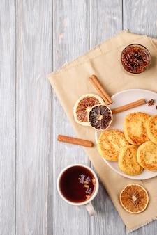 Beignets de fromage cottage avec thé aromatique noir chaud. vue de dessus