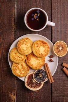 Beignets de fromage cottage avec thé noir aromatique chaud