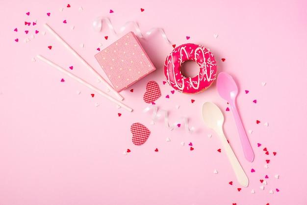 Beignets avec glaçage sur fond rose pastel avec fond. beignets sucrés.
