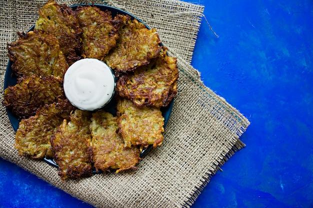 Beignets de pommes de terre avec sauce