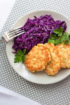 Beignets de poulet et chou rouge cuit avec des graines de cumin