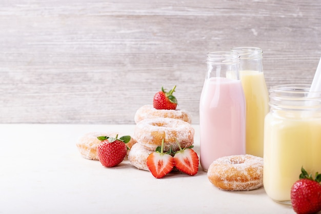 Beignets de sucre servis avec des milkshakes