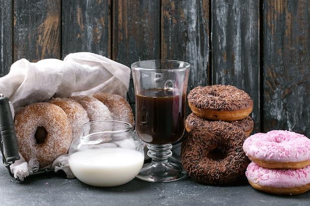 Beignets sucrés avec café