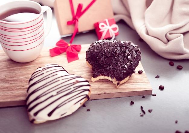 Beignets sucrés en forme de coeur avec café
