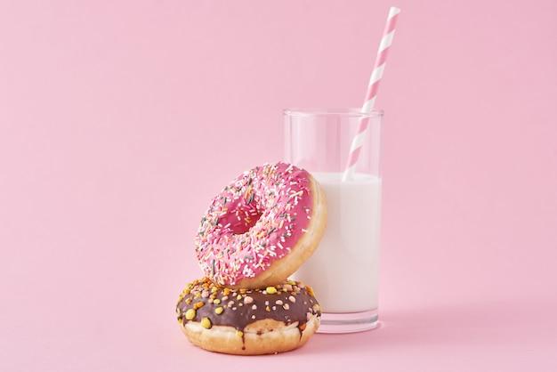 Beignets avec verre de lait sur rose