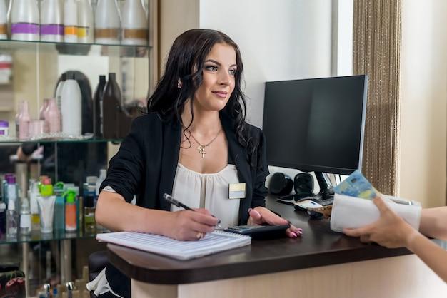 Bel administrateur avec stylo, calendrier et calculatrice