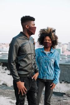 Bel adolescent traîner avec une fille