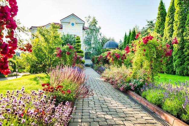 Bel aménagement paysager avec de belles plantes