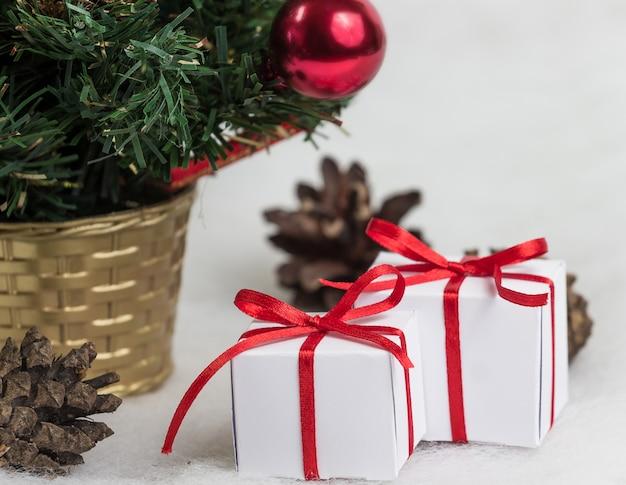 Bel arbre de noël avec des cadeaux