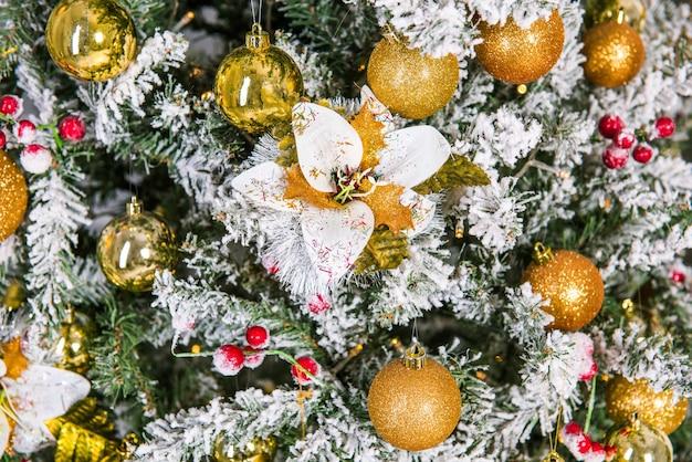 Bel arbre de noël décoré avec des boules dorées et des jouets