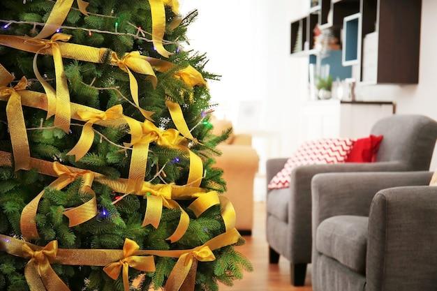 Bel arbre de noël décoré dans le salon, vue rapprochée