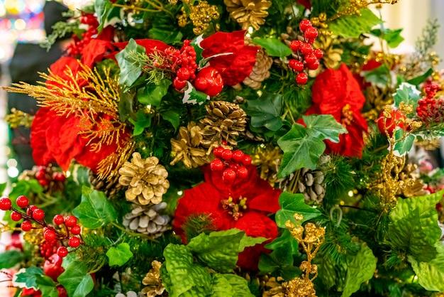 Bel arbre de noël décoré à la veille du nouvel an
