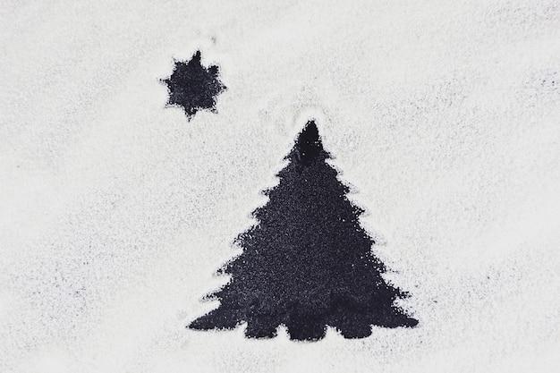 Bel arbre de noël sombre et étoile