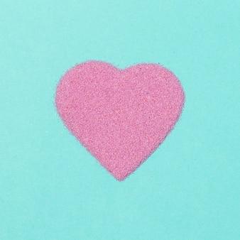 Bel arrangement d'amour isolé sur bleu