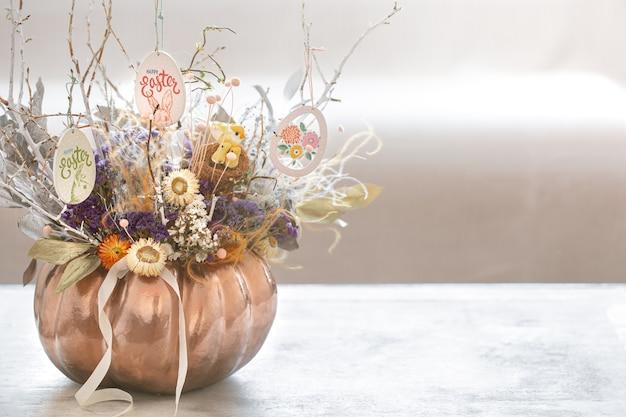 Un bel arrangement d'automne avec des fleurs et de la citrouille