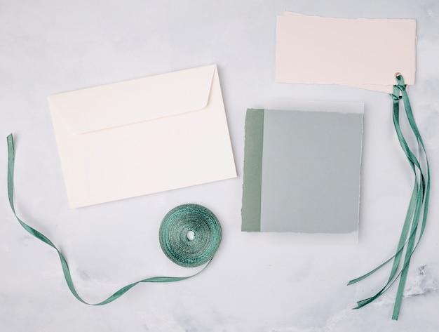 Bel arrangement avec maquette d'invitations de mariage
