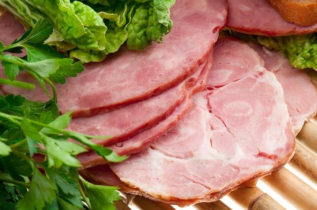 Bel arrangement de nourriture en tranches de viande, de pain et de légumes