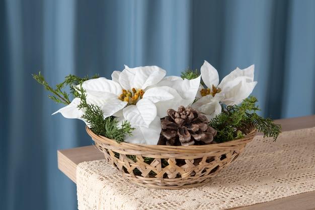 Bel arrangement de poinsettias blancs