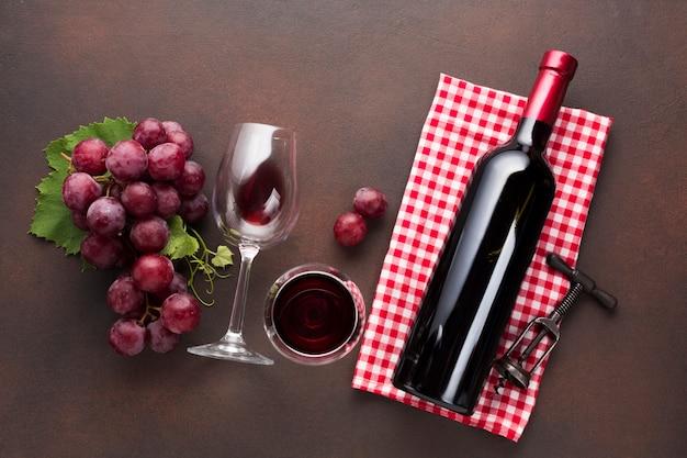 Bel arrangement rouge avec du vin et des raisins