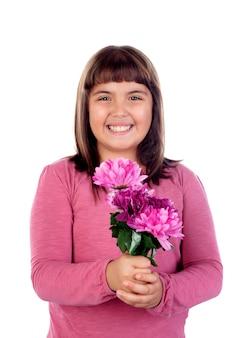 Bel enfant avec un bouquet de fleurs rose