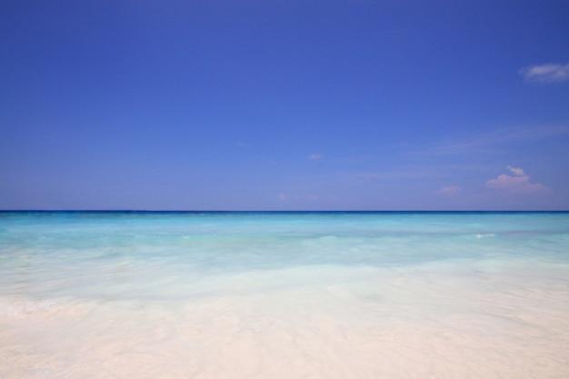Bel été d'horizon dans un paysage marin tropical paradisiaque et un paradis d'eau turquoise dans un océan calme.