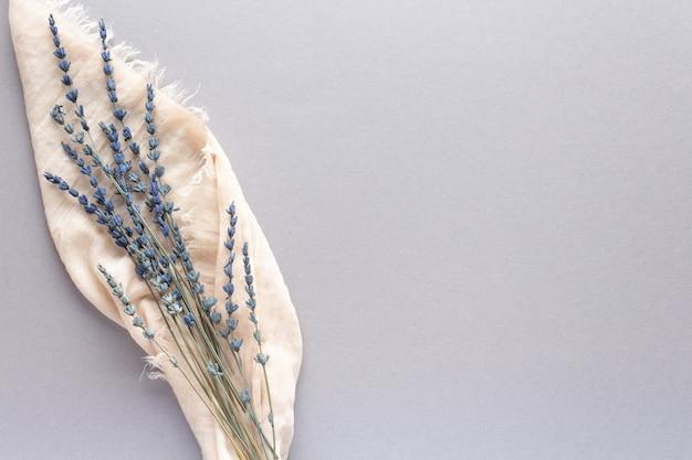 Le bel herbier de lavande séchée sur fond gris