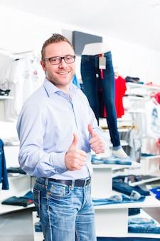 Bel homme acheter des jeans en magasin ou en magasin