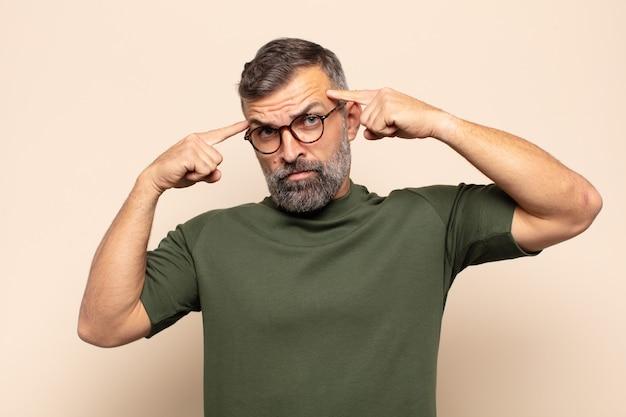 Bel homme adulte avec un regard sérieux et concentré, remue-méninges et réflexion sur un problème difficile