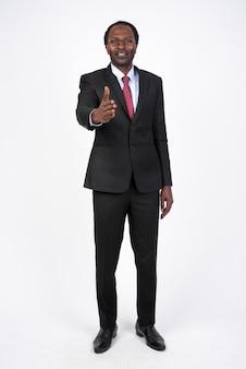 Bel homme d'affaires africain en costume