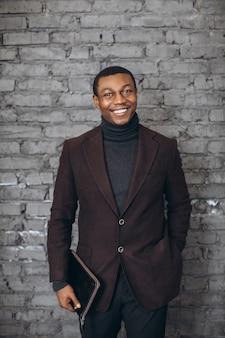 Bel homme d'affaires afro-américain dans un bureau moderne.