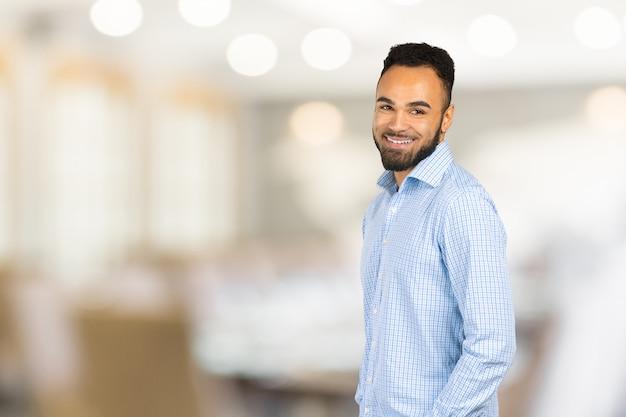Bel homme d'affaires afro-américain gai