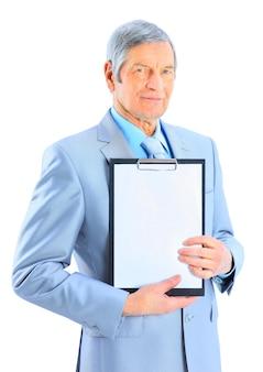 Bel homme d'affaires à l'âge, montre le plan de travail. isolé sur fond blanc.