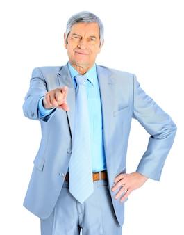 Bel homme d'affaires à l'âge, pointez du doigt. isolé sur fond blanc.