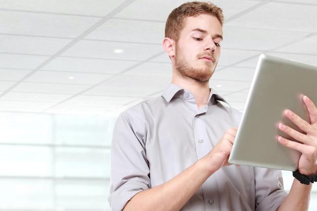 Bel homme d'affaires à l'aide de tablet pc