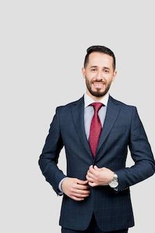 Bel homme d'affaires arabe en costume sourit