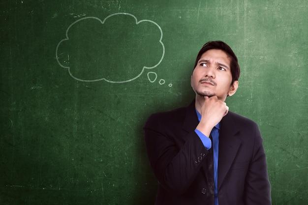 Bel homme d'affaires asiatique en pensée avec bulle de pensée