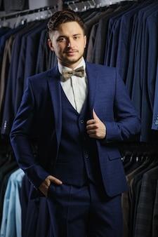 Bel homme d'affaires caucasien habillé en costume