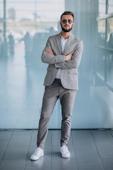 Bel homme d'affaires debout au bureau