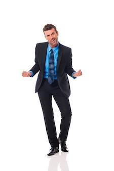 Bel homme d'affaires gesticulant signe de succès