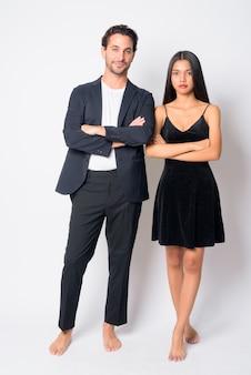 Bel homme d'affaires hispanique et belle jeune femme d'affaires asiatique ensemble
