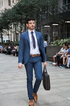 Bel homme d'affaires marchant au travail