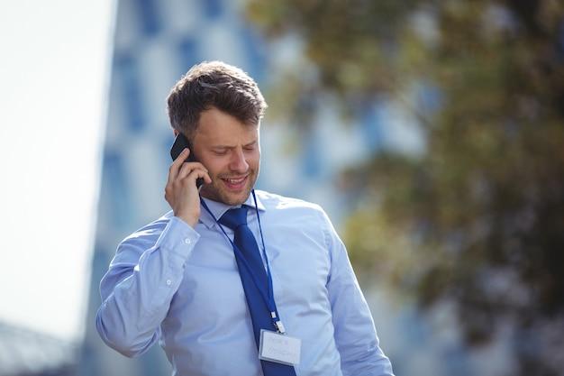 Bel homme d'affaires, parler au téléphone mobile