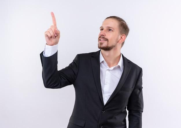 Bel homme d'affaires portant un costume à côté vers le haut avec l'index debout sur fond blanc